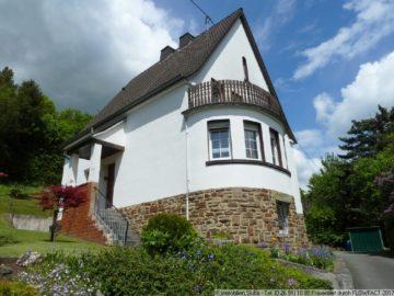 Freistehendes Wohnhaus mit eindrucksvollem Bruchsteinsockel und Erker 53518 Adenau, Einfamilienhaus