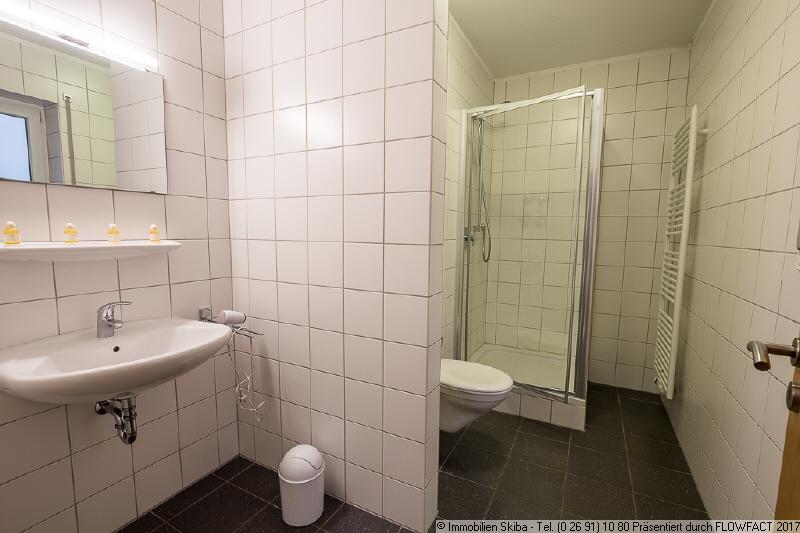 Badezimmer mit Fenster - Immobilien Skiba